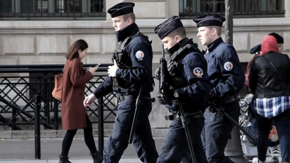 En Francia rige un toque de queda de 20 a 6 y de 18 a 6 en algunas regiones