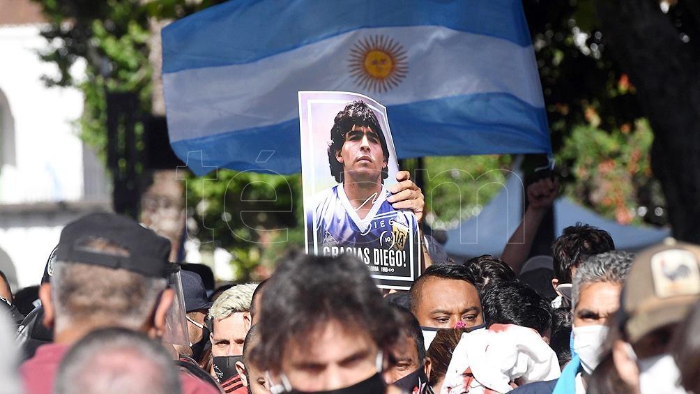 Un hombre se había fotografiado con el cadáver de Diego
