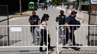 Unos 200 policías custodian el acceso al cementerio donde descansan los restos de Maradona