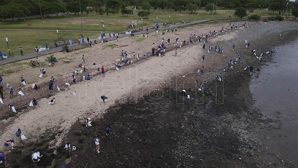 En el evento organizado en el Día Internacional de la Limpieza de Playas participaron 250 personas.