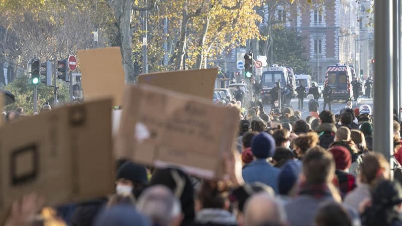 Miles de personas protestaron contra la ley de Seguridad que impulsa el gobierno francés