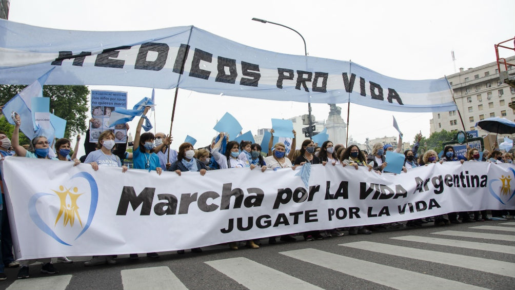 Los manifestantes respondieron a una convocatoria realizada por organizaciones de la sociedad civil contrarias a la interrupción voluntaria del embarazo.