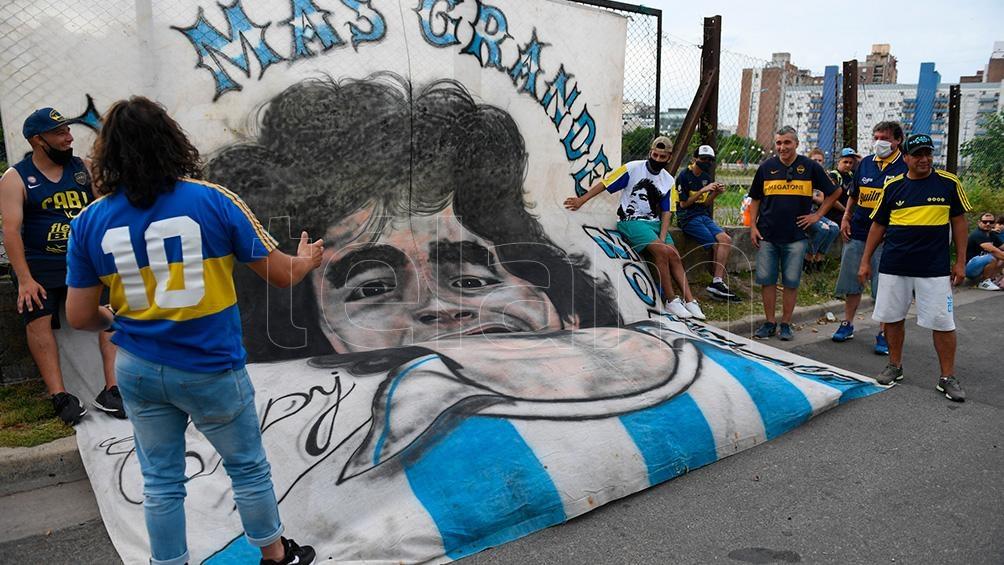 Los homenajes de los hinchas a Diego, en la previa del encuentro.