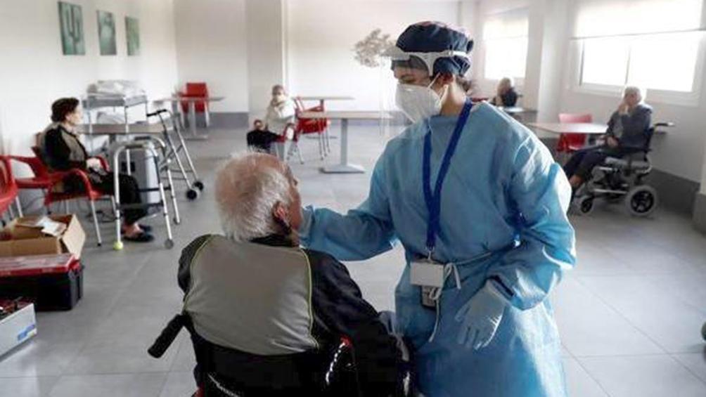El 75% de las personas que viven en residencias de ancianos ya recibieron al menos una dosis.