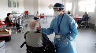 Francia: recomiendan vacunar primero a los ancianos que viven en geriátricos