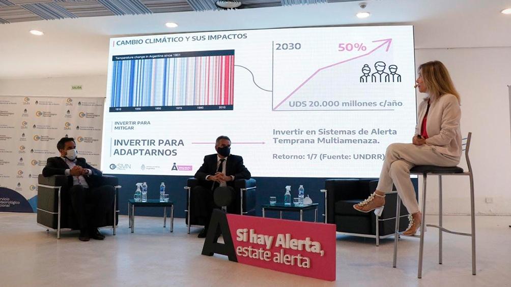 Los ministros Agustín Rossi y Juan Cabandié escuchan la presentación de la directora del SMN, Celeste Saulo.