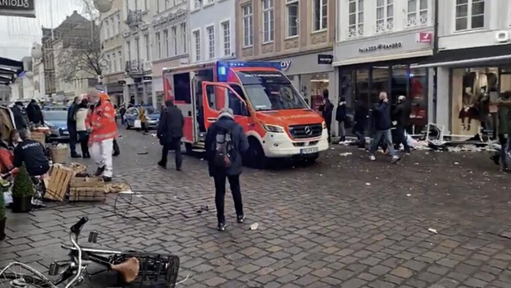 15 personas resultaron heridas al ser atropelladas por un auto