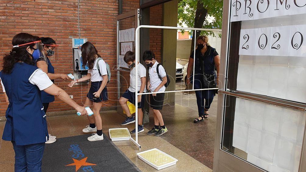Los alumnos santafesinos volverán el miércoles 17 de febrero con un protocolo que se dividirá en cinco pasos.