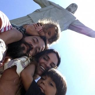 En el Cristo Redentor carioca con su mujer, Aline, y sus hijos, Milo y Matilda.
