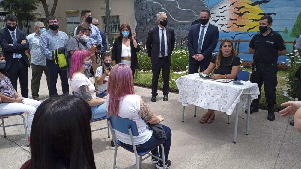 El flamante matrimonio, tras dar el sí ante la jueza, tuvo además una torta de bodas.