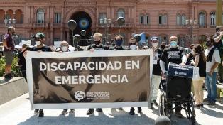 """Personas con discapacidad entregaron un petitorio en Casa Rosada ante la """"emergencia"""" del sector"""