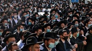 En plena cuarentena una marea humana asistió al funeral de un rabino en Jerusalén