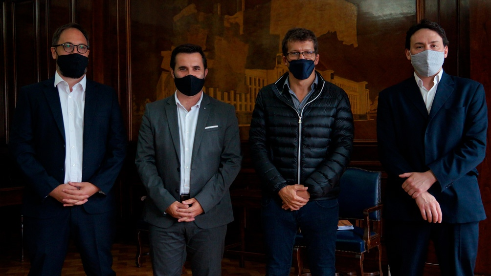 El secretario de Energía, Darío Martínez, junto con Federico Basualdo, José Luis Giusti y Gastón Ghioni.