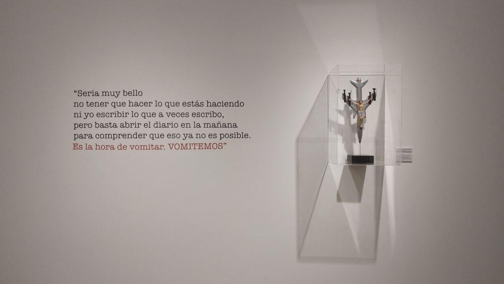 La exhibición despliega en cuatro ejes temáticos un diálogo entre el poeta español y el artista argentino.