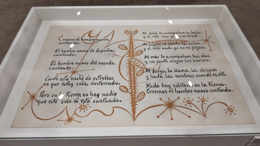 La exhibición, curada por Rosa Lesca, reconstruye precisamente el diálogo poético entre ambos artistas.