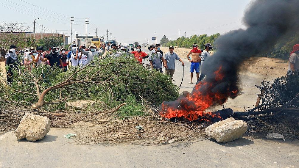 """""""El pueblo unido jamás será vencido"""", coreaban los trabajadores a pocos metros de los policías."""