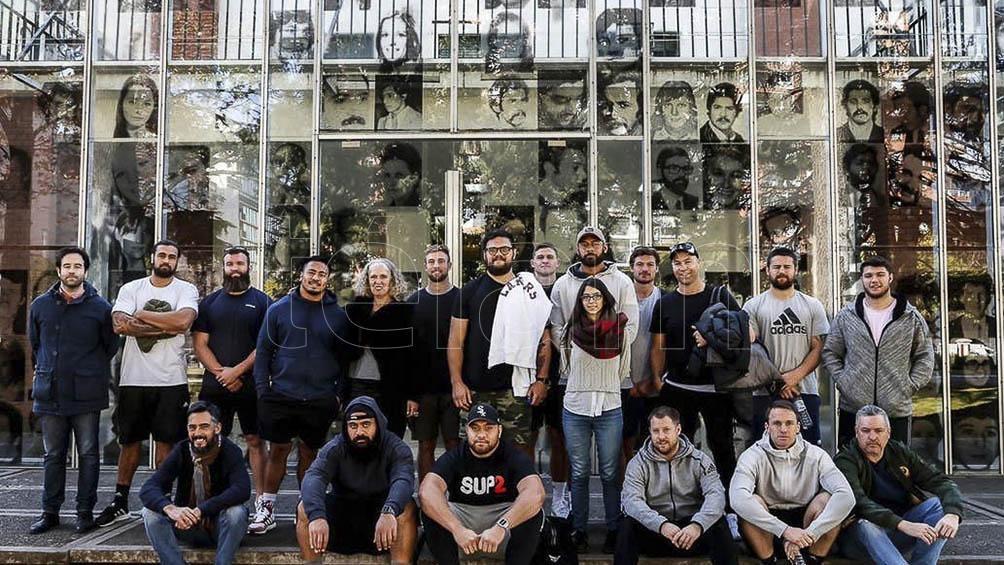 Los All Blacks en su visita a la ESMA.