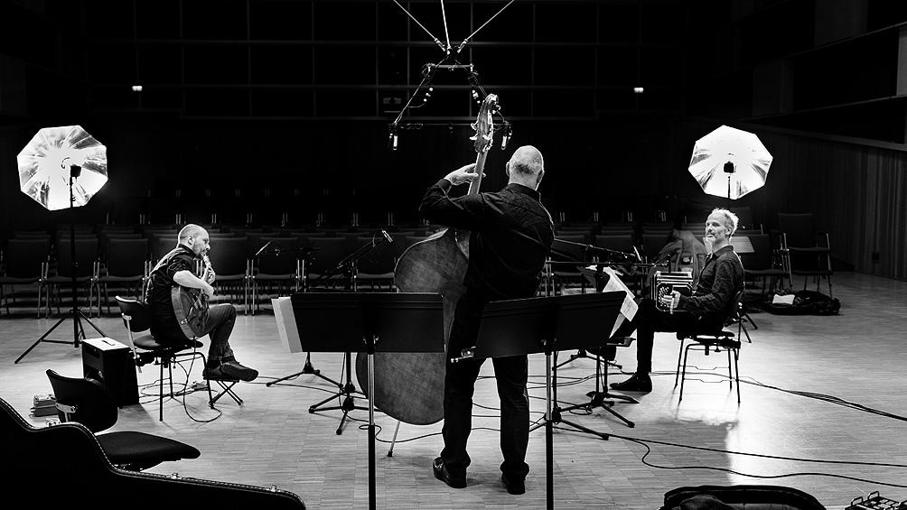 En el nuevo álbum el bandoneonista está acompañado por Alberto Mesirca y Winfried Holzenkamp.