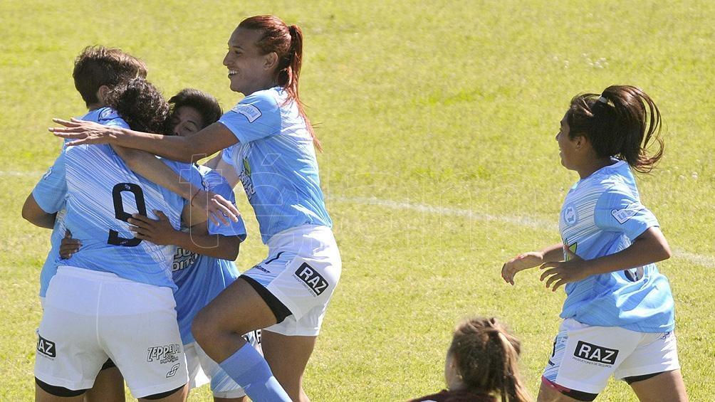 El abrazo entre las chicas de Villa San Carlos, durante el festejo de su gol.