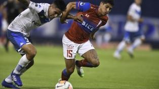 Vélez cayó de local con Universidad Católica de Chile y complicó su continuidad