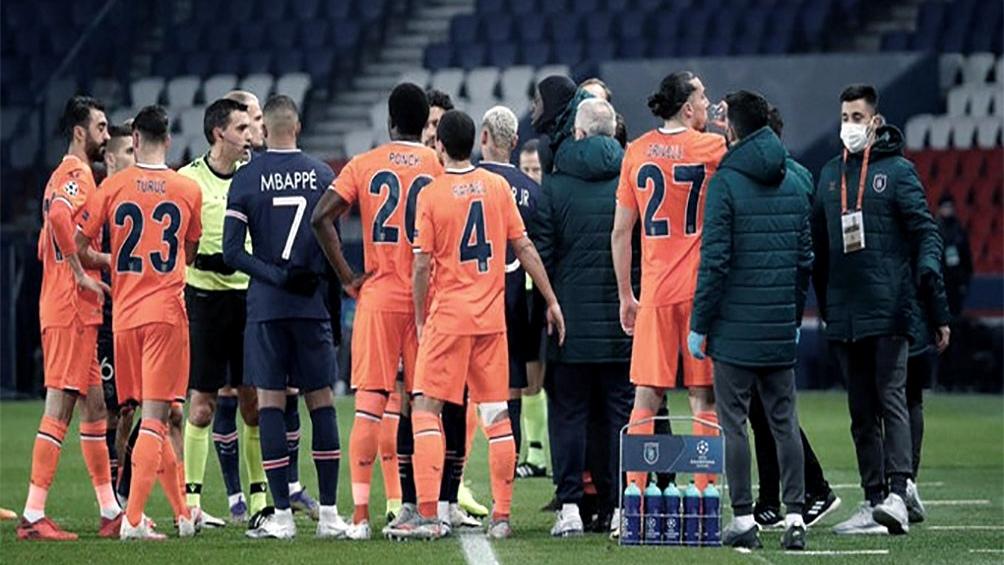 """Los jugadores de los dos equipos salieron del campo en señal de protesta por lo que el senegalés Demba Ba y otros futbolistas consideraron """"una muestra de racismo"""" del cuarto árbitro."""