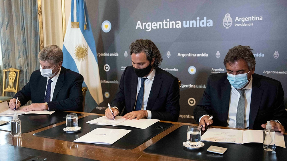 El jefe de Gabinete firmó convenios con el Enacom.
