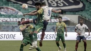 Defensa alcanzó justo éxito ante Bahía en un controvertido juego por acción del VAR