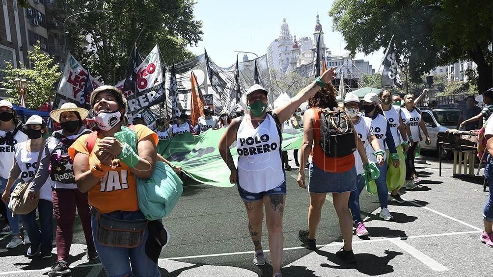 Las integrantes de las agrupaciones llegaron con bombos y redoblantes y grupos de jóvenes independientes acompañaban la jornada pintándose los rostros con glitter.
