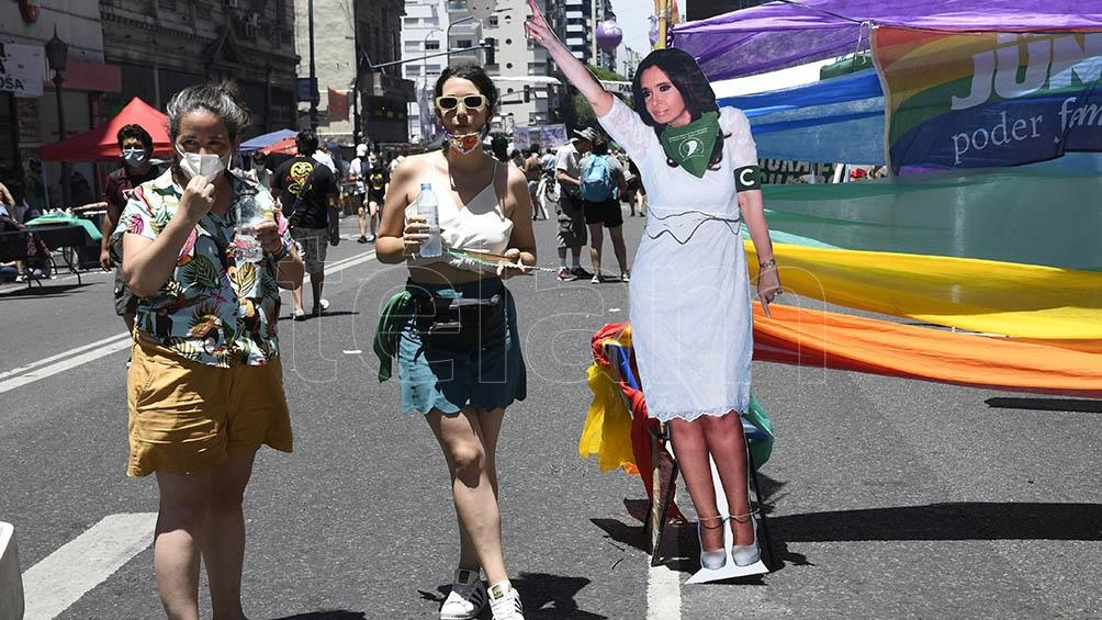 """Integrantes de distintas organizaciones feministas, gremios y partidos políticos colmabanel sector """"verde""""."""