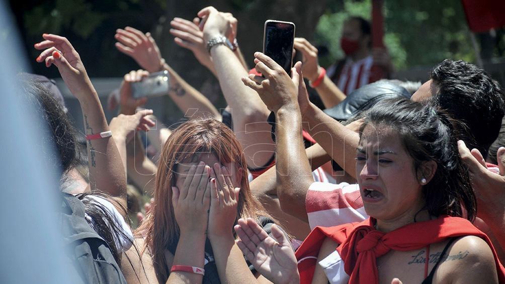 """El amor de los hinchas por Sabella, que lo despidieron en cercanías del estadio """"Uno"""""""