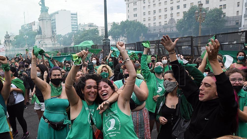 Amigas, madres e hijas, y militantes se abrazaban frente al Congreso
