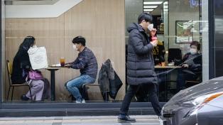 El premier surcoreano ve inevitable elevar la alerta, tras récord de casos