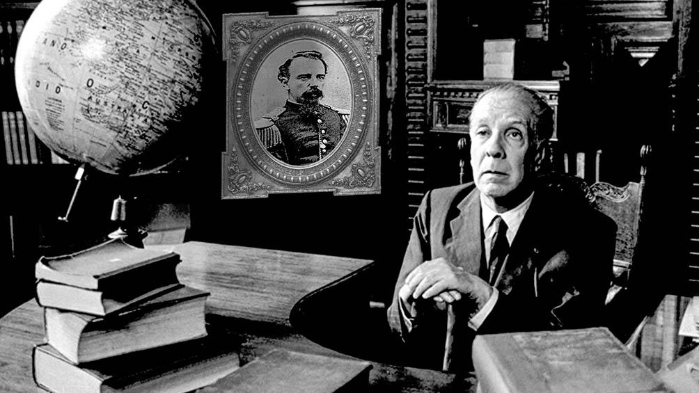El escritor junto a un retrato de su abuelo.