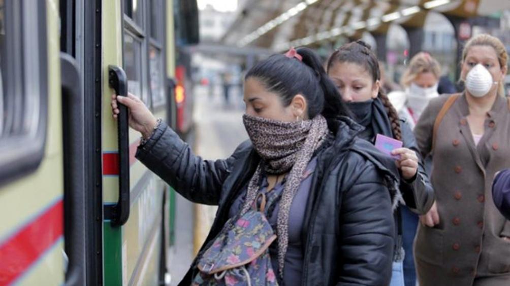El transporte público puede ser utilizado únicamente por pasajeros y pasajeras esenciales que cuenten con Certificado Único Habilitante para la Circulación, DNI, número de SUBE vinculado al certificado y tapaboca obligatorio.
