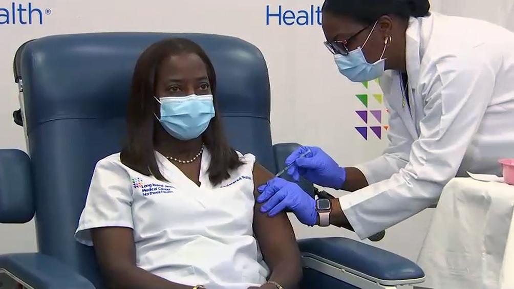 La enfermera afroamericana Sandra Lindsay recibió el lunes la primera dosis de la vacuna.
