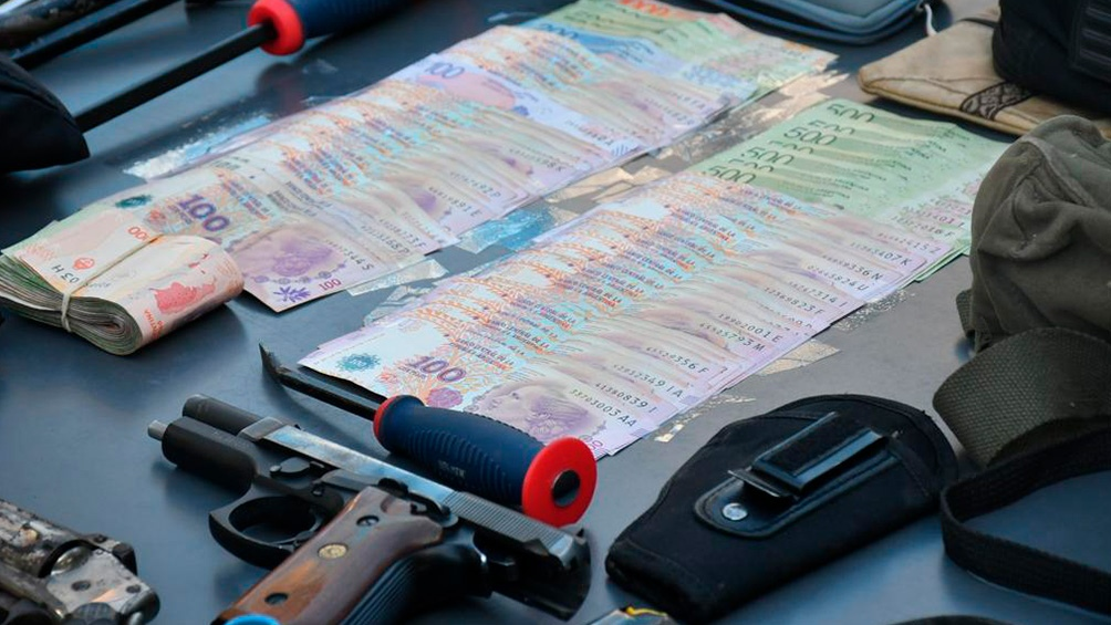 En el procedimiento incautaron vestimenta de la Policía y de seguridad privada y 39.900 pesos, entre otros objetos.