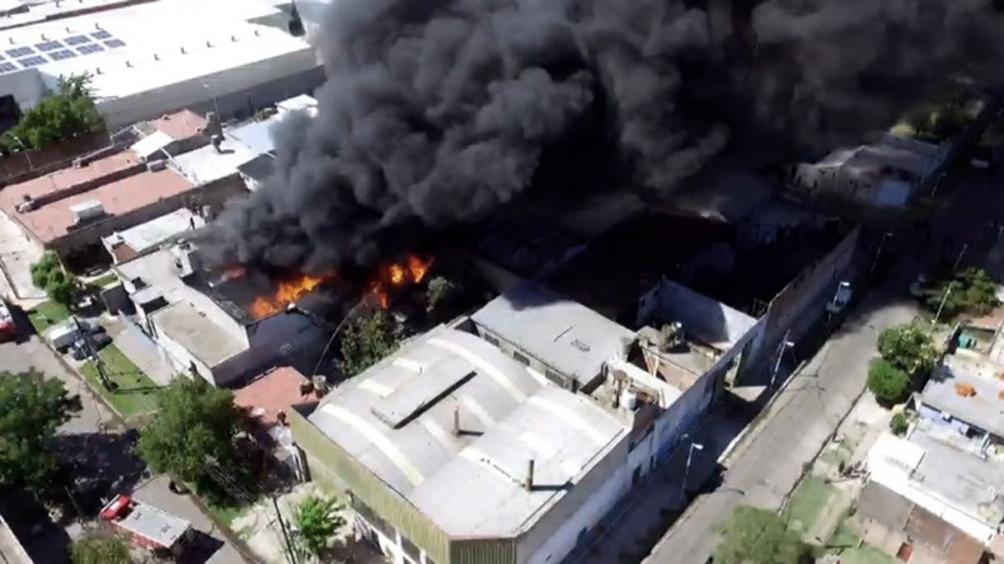 """Debido al siniestro """"fueron evacuados los vecinos de un barrio humilde lindero al edificio"""""""