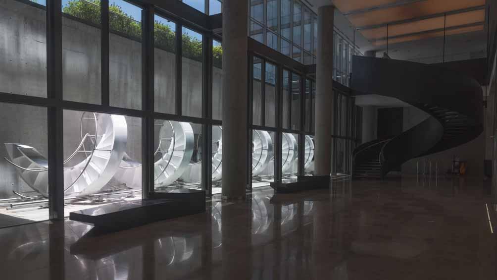 """""""Escalera Horizontal"""", una obra instalada de manera permanente en el edificio de la Fundación Santander Argentina"""