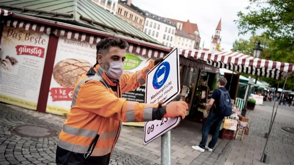 """Alemania, que acumula más de 1,9 millones de casos y superó los 43.000 muertos, aprobó nuevas normas para el ingreso de viajeros procedentes de países """"de riesgo""""."""