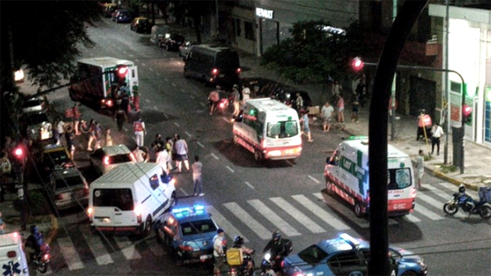 Las cámaras de seguridad muestran a un joven bajar del auto que atropelló al niño y su madre.