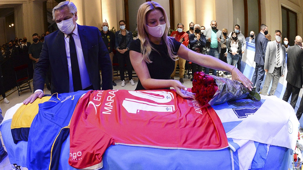 El Presidente y su pareja dan el último adiós a Maradona.