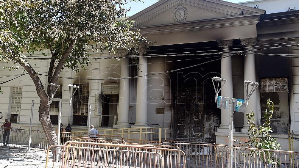 La marcha culminó cuando un grupo de personas comenzó a arrojar piedras, prender fuego y causar destrozos en los edificios gubernamentales.
