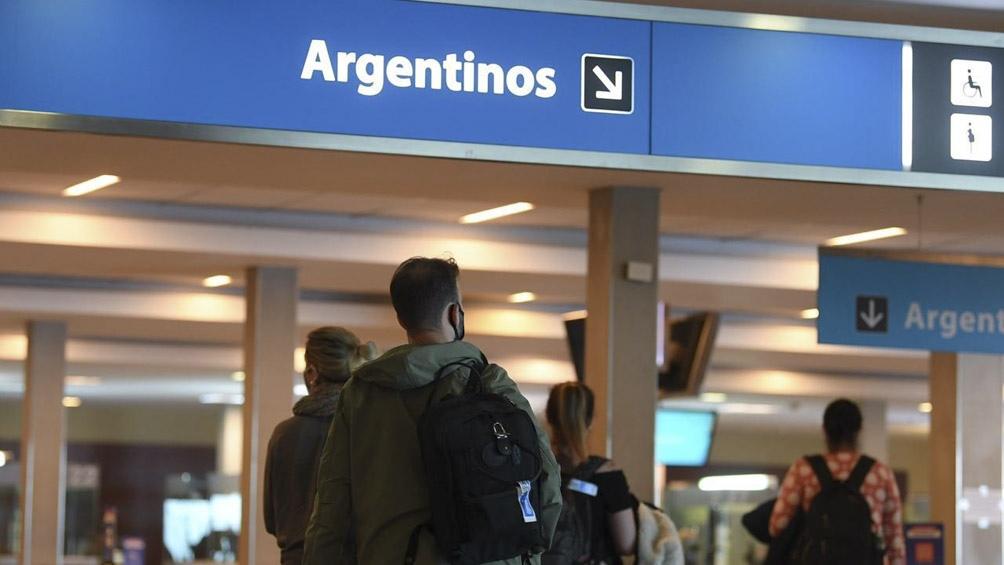 """Ibarra recalcó que """"a la Argentina solo pueden ingresar argentinos o extranjeros residentes en la Argentina""""."""