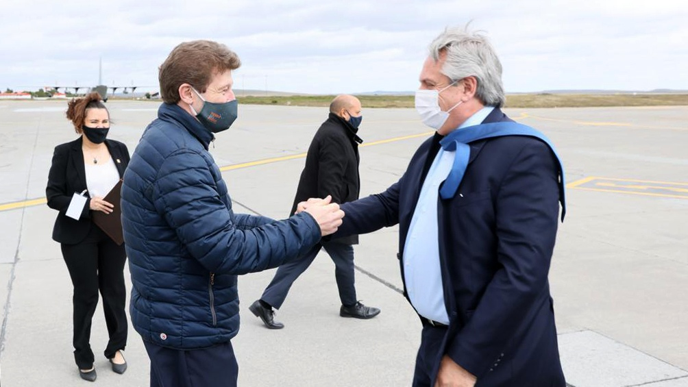 La comitiva presidencial fue recibida por el gobernador de Tierra del Fuego, Gustavo Melella