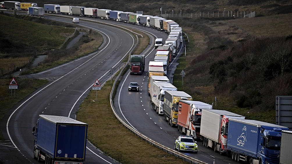 Los camioneros aguardan que se vuelva a permitir la circulación por el Eurotunel que conecta al Reino Unido con el continente.