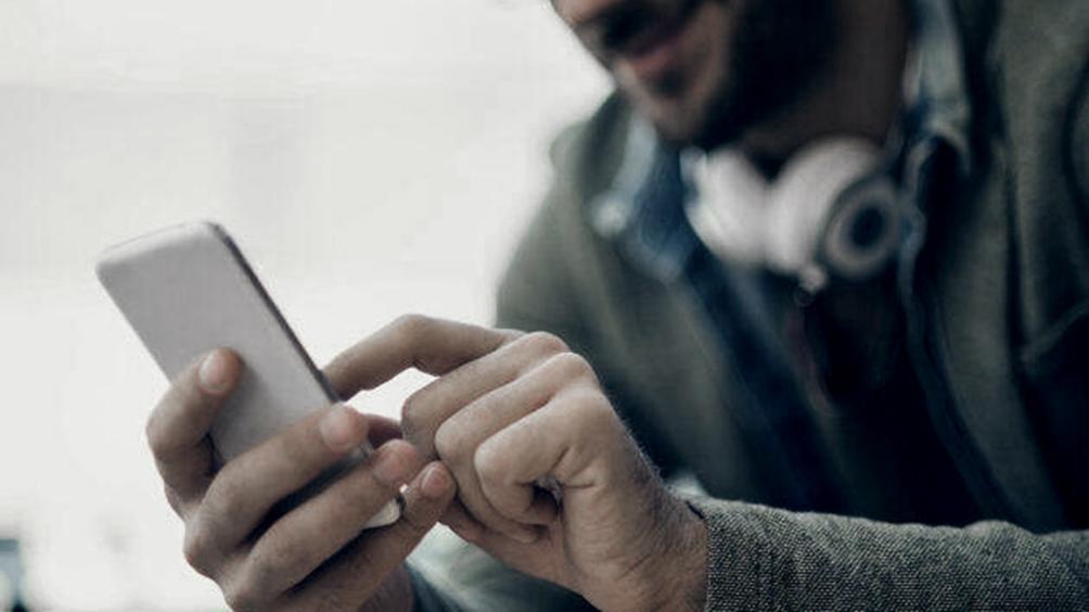 Una persona que tenga descargada en su celular cualquier billetera digital podrá usar el código QR de un comercio que acepte pagos digitales para hacer su compra.