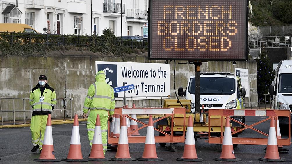 Unos 1500 camiones están bloqueados en la autopista que va de Londres a Dover.