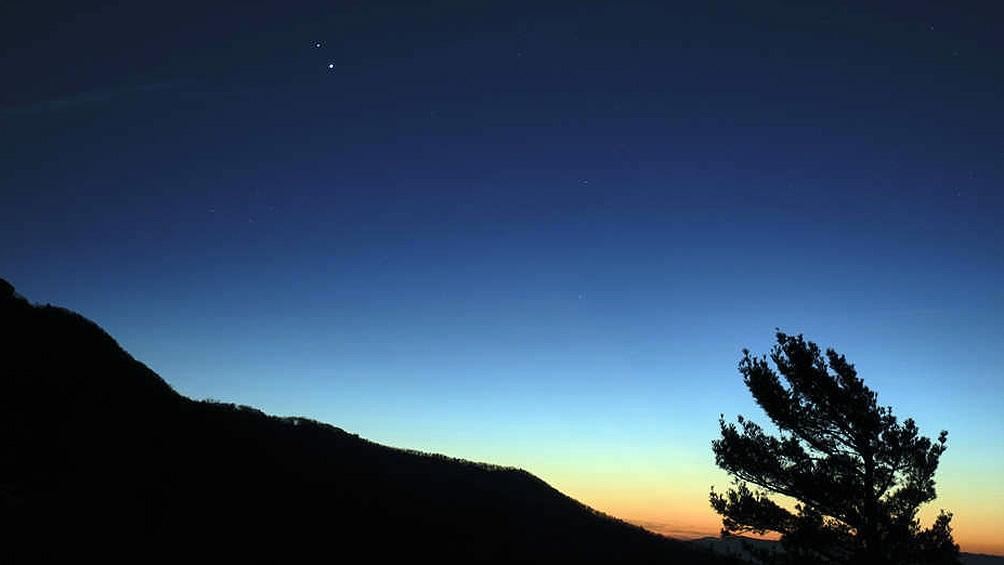 Una semana antes del punto de máximo acercamiento, así se veían Saturno y Júpiter en el atardecer del Parque Nacional Shenandoah, en Luray, Virginia (EEUU) (Foto: NASA).