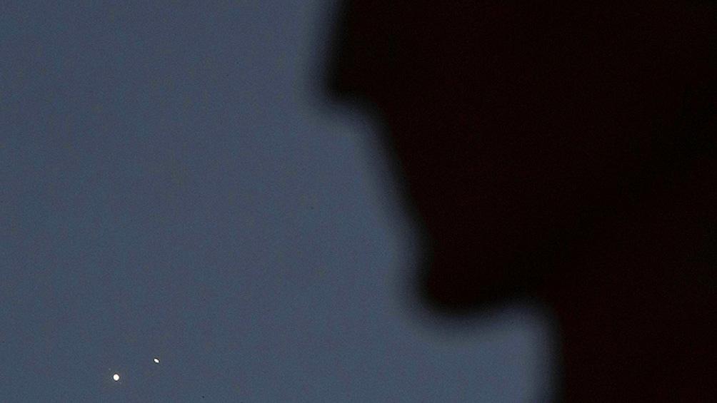 Los Ángeles, EEUU. El Monumento a los Astrónomos le pone marco al acercamiento de Júpiter y Saturno. (Foto: AFP)