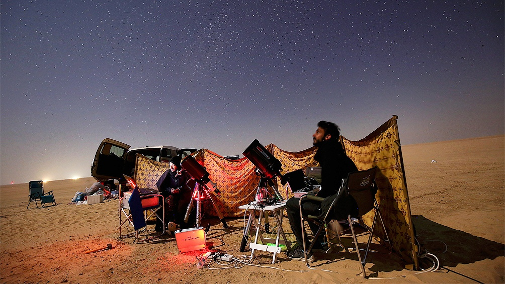 """""""Astrofotógrafos"""" kuwaitíes siguen la Gran Conjunción desde el desierton del distrito de al-Salmi, a 120 kilómetros de la ciudad de Kuwait. (Foto: AFP)"""